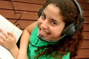 ילדה עם ספר ואוזניות