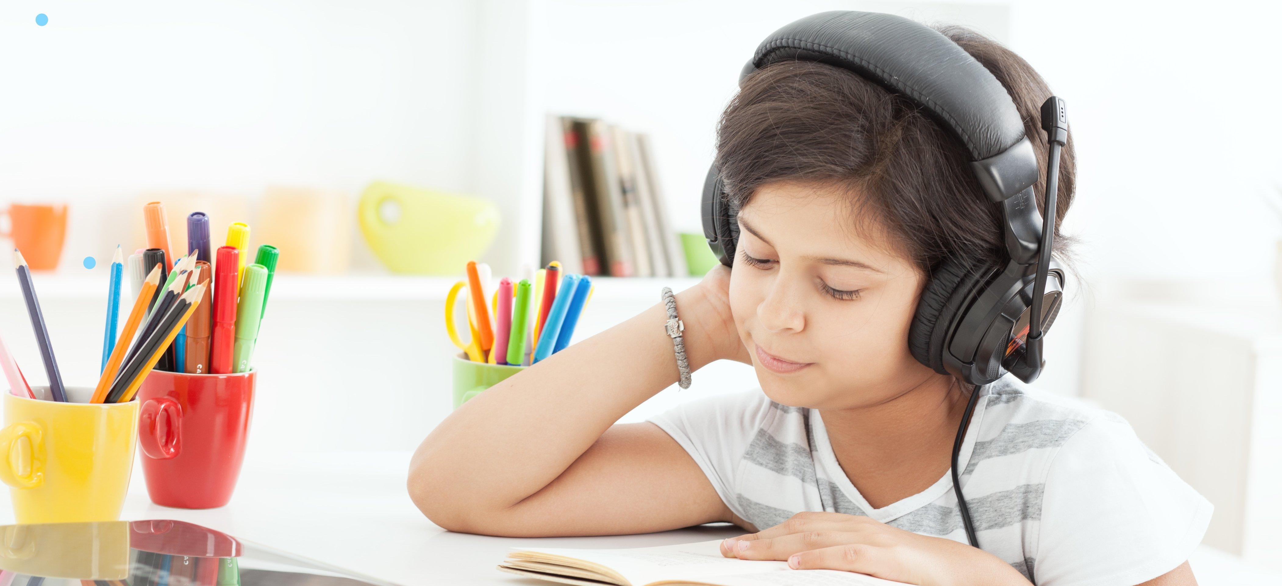 ילדה קוראת עם אוזניות